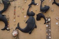 Mur décoré des poissons dans le restaurant arabe Images stock