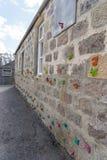Mur d'école avec un mur s'élevant transversal Images libres de droits