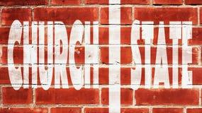 Mur d'état d'église de séparation Sur un mur de briques photographie stock
