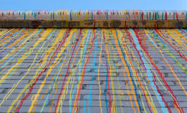 Mur d'Adobe avec la peinture d'égoutture Image libre de droits