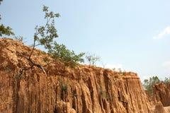 Mur d'argile avec la forme de poteau et le ciel bleu Photo stock