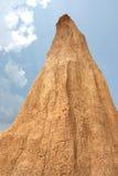 Mur d'argile avec la forme de poteau et le ciel bleu Images stock