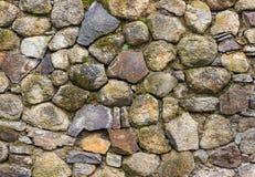 Mur d'en rond et pierre écrasée avec de la mousse Image stock