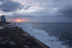 Mur d'esplanade de Malecon à La Havane, Cuba la soirée orageuse photo stock