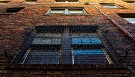 Mur d'immeuble de brique vu de dessous images libres de droits