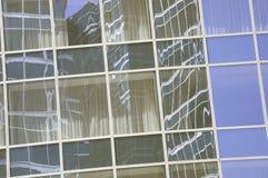 Mur d'un bâtiment fait de verre photographie stock