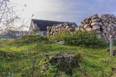 Mur d'une grange en pierre à une ferme abandonnée agricole Photographie stock libre de droits
