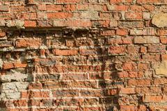 Mur de émiettage de brique rouge Photos libres de droits