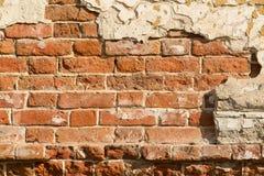 Mur de émiettage de brique rouge Images libres de droits