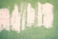 Mur de bâtiment couvert de stuc vert et de lignes de peinture blanches chaotiques là-dessus Photos stock