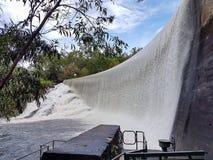 Mur de barrage au-dessus de flaque Image stock