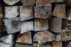 Mur de bois de chauffage sec ébréché photographie stock libre de droits