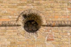 Mur de briques antique avec l'embrasure rond images stock