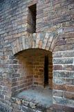 Mur de briques avec des fentes d'arme à feu Photos stock