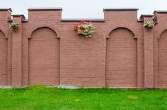 Mur de briques avec des pots de fleur Photographie stock libre de droits