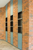Mur de briques avec l'étagère Image libre de droits