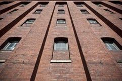 Mur de briques avec l'extérieur d'entrepôt de Windows Photo libre de droits