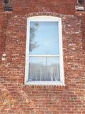 Mur de briques avec l'hublot Photo stock