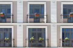 Mur de briques avec la fenêtre remplie par brique avec des fleurs Image stock