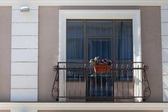 Mur de briques avec la fenêtre remplie par brique avec des fleurs Photo libre de droits
