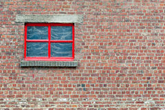Mur de briques avec la fenêtre rouge photos libres de droits