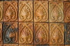 Mur de briques avec la ligne thaïlandaise modèle de fleur Image stock