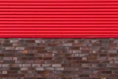 Mur de briques avec la plaque de métal Image stock