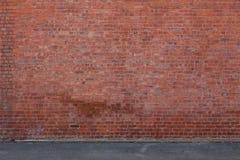 Mur de briques avec la terre Photo libre de droits