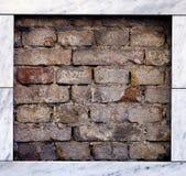 Mur de briques avec la trame de marbre Images libres de droits