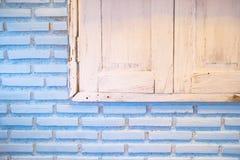 Mur de briques avec la vieille fenêtre Photos stock