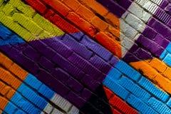 Mur de briques avec le fragment du graffiti, plan rapproché abstrait d'art de dessins Pour le fond Concept d'urbain iconique mode Photo libre de droits