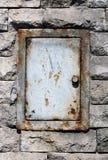 Mur de briques avec le guichet en métal Image stock