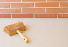 Mur de briques avec le pinceau Images stock
