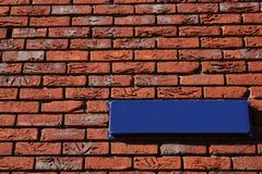Mur de briques avec le signe de rue Photo stock
