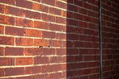 Mur de briques avec le soleil et ombre pour la moitié images stock