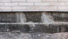 Mur de briques avec le sous-sol en construction image libre de droits