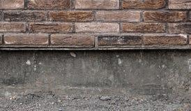 Mur de briques avec le sous-sol en construction image stock