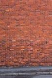 Mur de briques avec le trottoir dans l'avant Photographie stock libre de droits