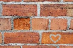 Mur de briques avec un coeur Images stock