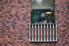 Mur de briques avec une fenêtre images libres de droits