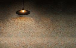 Mur de briques avec une lampe de plafond Image libre de droits