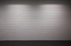 Mur de briques blanc avec l'éclairage obscur photographie stock libre de droits