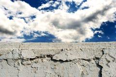 Mur de briques blanc avec le ciel bleu nuageux photo libre de droits