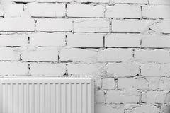 Mur de briques blanc avec le radiateur Image stock