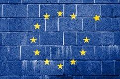 Mur de briques carrelé avec l'image du drapeau de l'Union européenne photographie stock libre de droits