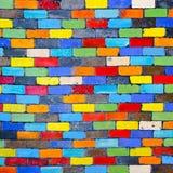 Mur de briques coloré d'arc-en-ciel abstrait à un arrière-plan Photo libre de droits