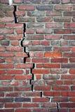 Mur de briques criqué Image libre de droits