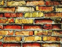 Mur de briques criqué de cru Image libre de droits