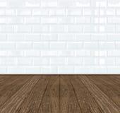 Mur de briques de céramique blanc de tuile et plancher en bois images stock