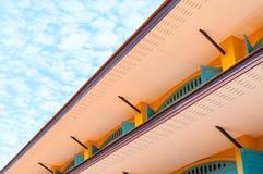 Mur de briques de gouttières de vintage à l'arrière-plan de ciel bleu Photos libres de droits